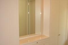 kleiderschrank-ankleide-schiebetueren-spiegelschrank
