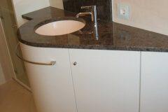 Waschbecken-mit-Marmorplatte-rundem-Unterbau-Schreinerei-Badmoebel-Muenchen-ismanig