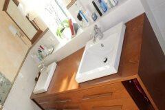 Zwei-Waschbecken-mit-breitem-Holzunterbau-Schreinerei-Badmoebel-Muenchen