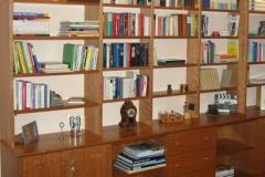 Bücherregal mit halbhohen Schränken
