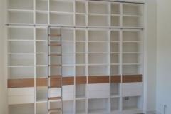 raumhohe Bücherwand mit Leiter