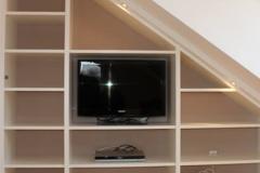 Schrägenausbau mit Regalen und Fernsehecke