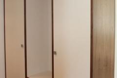 Braun und weiße Garderobe