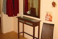 raumsparende Garderobe mit Tisch und Kleiderstange