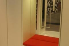 Schrank mit Sitzmöglichkeit in rot