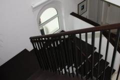 Treppenhaus aus dunklem Holz