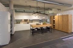 Küchenplanung  Küchenstudio Plaschke aus Ismaning  -Alborg-Wildeiche-natur-Remo-weiß-alpin-hochglanz
