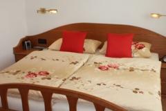 Bett mit rundem Kopfstück