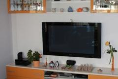 farblich abgestimmter Fernsehschrank mit Hängeschrank
