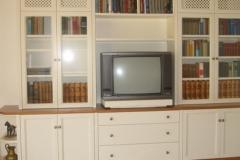 Weiße Wohnwand mit Holzplatte
